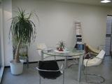 サロンのような明るい事務所です。